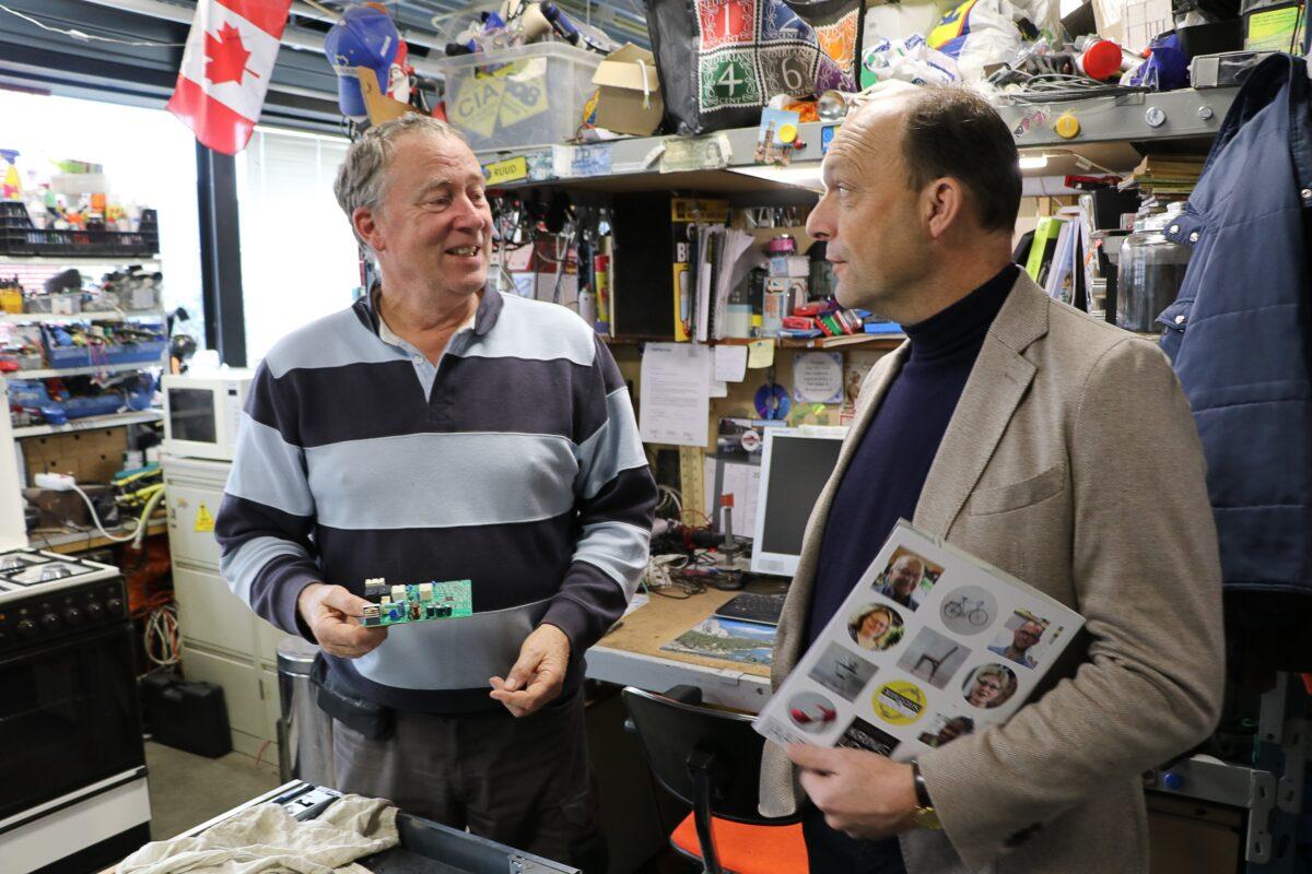Burgemeester en wethouders bezoeken WaardeRing bij Kringloop Zwolle