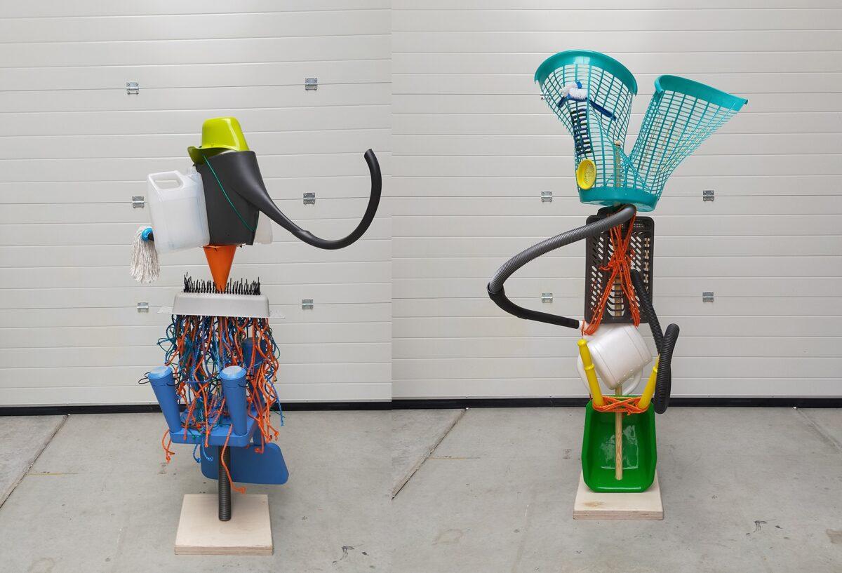 Studenten maken kunstige totems van afgedankte materialen